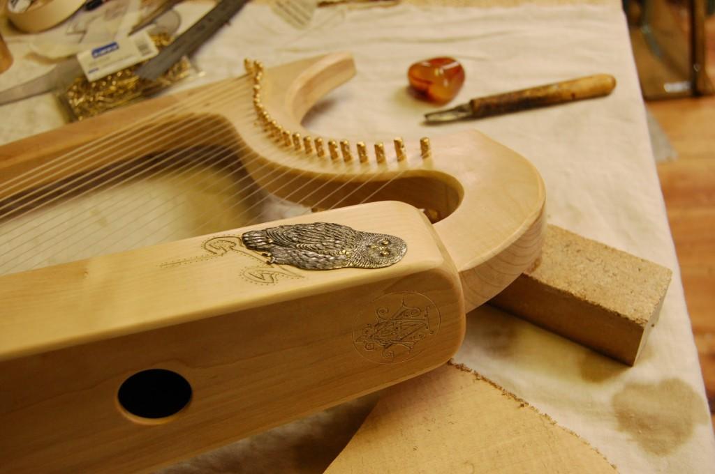 Jérome Bosch : creusée dans la masse , 24 cordes kf ou boyau, cheville bois ou laiton , réplique exacte.